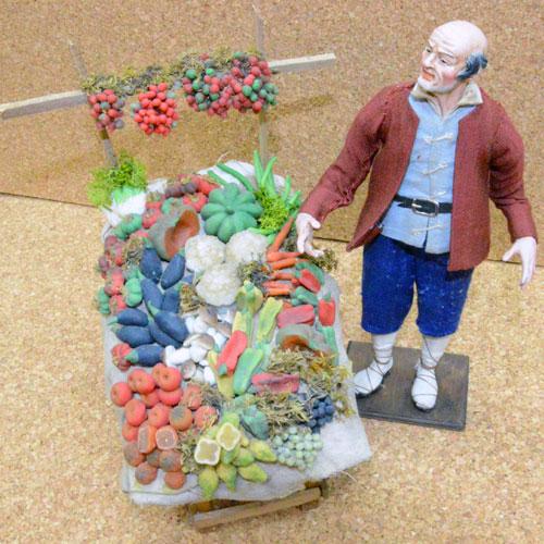 fruttivendolo con banco frutta