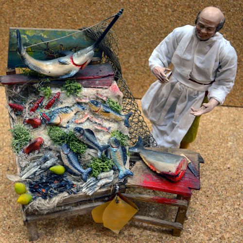 pescivendolo con banco del pesce