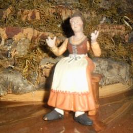 donna-terracotta-seduta-15cm